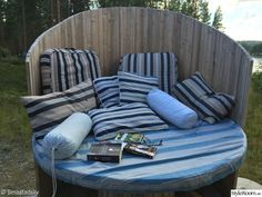 From cable drum to cozy corner - so do Diy Yard Furniture, Pallet Garden Furniture, Outdoor Furniture Sets, Outdoor Decor, Wooden Spool Tables, Wooden Spools, Diy Pallet Projects, Outdoor Projects, Cozy Corner
