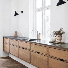 Classic lines in our design called Hoelgaard. Made in Danish oak with a marble worktop #kitchen #kitchendesign #madetomeasure #bespokekitchen #craftsmanship #cabinetmaking #danishdesign #nordicliving #floatingkitchen #fingerjoint #herringbonefloor #dinesen #drawers #snedkerkøkken #klassik #køkkendesign #gardehvalsøe #ikkeenkopi