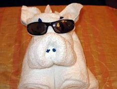 Towels Animals - Zwierzęta z ręczników - Origami z ręczników - pig - świnia Hang Towels In Bathroom, Towel Origami, Napkin Origami, Towel Display, Towel Animals, How To Fold Towels, Towel Cakes, Decorative Towels, Clothes Crafts