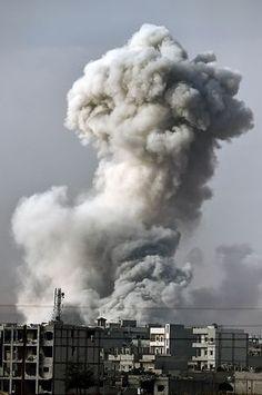 14日、「有志連合」の空爆で煙が上がるシリア北部の町アインアルアラブ(AFP=時事) ▼15Oct2014時事通信|「イスラム国」勢力衰えず=空爆2カ月も首都圧迫-イラク http://www.jiji.com/jc/zc?k=201410/2014101500563