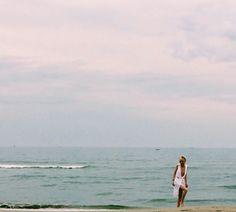 Ella appare e scompare..Donna ridente di bianche vesti ondulate..di piedi nudi fermi e veloci...                                                       Mauro Effe by Mauro Franchi                          #franchieffect#vestito bianco#ss16
