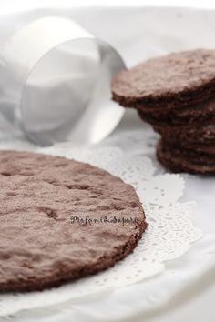 La marquise è una base di pasticcera, simile al pandispagna, realizzata senza farina. E' un biscotto morbido in cui il gusto del cacao è preponderante. Non essendoci farina, ma solo amido o fecola, risulta molto morbido e scioglievole in bocca. E' una ottima base per torte moderne o abbinata a del…