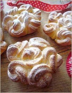 bricohe celtique petits modeles - so beautiful! Now to find a French person to translate the recipe for me.Brioche recipe in French. The way the shape is achieved is interesting - 3 x rounds, rolled together and cut down the middle, and then 7 of these ha French Desserts, Köstliche Desserts, Delicious Desserts, Yummy Food, Bread And Pastries, French Pastries, Bread Shaping, Sweet Bread, Sweet Recipes