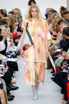 Celine Frühjahr/Sommer 2018 Ready-to-Wear - Fashion Shows Fashion Over 40, Fashion 2018, Fashion Week, Women's Fashion Dresses, Runway Fashion, Fashion Spring, Fashion Brands, Celine, Womens Fashion Casual Summer