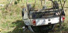 Acidente grave deixa dois mortos e pelo menos cinco feridos em Buíque - Duas pessoas morreram e pelo menos 11 ficaram feridas em um acidente de trânsito no município de Buíque, no Agreste pernambucano. De acordo com informações repassadas pela polícia, as vítimas estavam na caçamba de uma Saveiro, comemorando a reeleição do prefeito da cidade, Jonas Melo (PSD), quando o motorista teria tentado fazer uma ultrapassagem, perdeu o controle do veículo e capotou na rodovia PE- 270, próximo