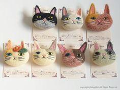 Cat Brooch by Felt Fulling Labo-Ryoko Hirota] 20150525 Fabric Brooch, Felt Brooch, Felt Fabric, Needle Felted Animals, Felt Animals, Wet Felting, Needle Felting, Felting Tutorials, Felt Cat