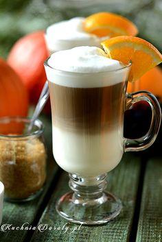 Latte z pomarańczowym syropem.