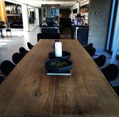 Lækkert plankebord fra #woodstyle som står i Hotel Opus Lobbybar