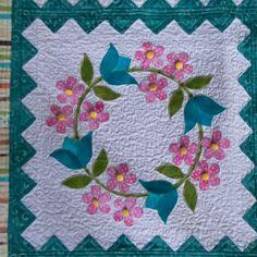Después de más de un año.....!!!Por fin!!!!! He acabado mi Florabunda....la verdad que me ha encantado hacerla.Como v... Flower Applique Patterns, Hand Applique, Applique Quilts, Quilt Square Patterns, Quilt Block Patterns, Quilting Projects, Quilting Designs, Painted Barn Quilts, Quilted Wall Hangings