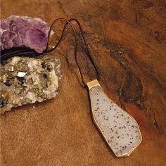 #Madeira, #pedras brutas e muitas #texturas compõem um ambiente rústico com o #Colar de #Drusa Branca. #vanessarobert #vanessarobertjoias #joias