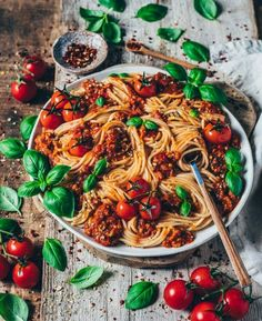The best vegan spaghetti bolognese! A simple recipe which is easy & quick to make and very delicious. This flavorful tomato sauce tastes aromatic and spicy. Healthy Eating Recipes, Whole Food Recipes, Healthy Snacks, Vegetarian Recipes, Spaghetti Bolognese, Veggie Dishes, Pasta Dishes, Easy Sauce Recipe, Vegetarian Spaghetti