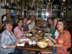 En un restaurante madrileño con la familia Ulloa Vergaray y unos amigos brasileños.