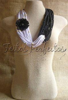Colares de tecido com miçangas de madeira e flores de palha