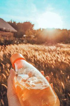 Se on kaunis, se on kevyt ja se on erittäin helposti personoitava lasinen juomapullo, jota tulet rakastamaan. Pullolla on elinikäinen takuu ja 5% koko tuotosta lahjoitetaan eteenpäin hyvää tekeville järjestöille.   Valmistamme ne tässä lähellä EU:n alueella ja toimitamme luoksesi nopeasti ilmastoystävällisellä kuljetuksella. Pullot tehdään kestävästä borosilikaattilasista, jota käytetään kestävyytensä ansiosta myös laboratorioissa eikä siitä irtoa makuja, kemikaalijäämiä tai mikromuoveja. Alcoholic Drinks, Wine, Glass, Drinkware, Corning Glass, Liquor Drinks, Alcoholic Beverages, Liquor, Yuri