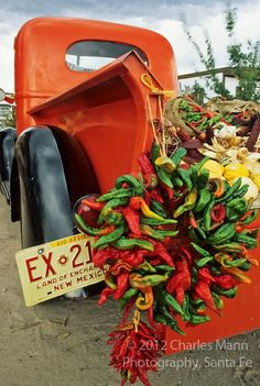 Make similar with Wheelbarrow. A red pickup truck adorned with a chile ristra and loaded with bounty from the autumn harvest create a colorful scene at a fruit stand near the small village of Velarde in northern New Mexico. New Mexico Style, New Mexico Homes, New Mexico Usa, New Mexico Santa Fe, Santa Fe Style, New Mexican, Southwest Style, Southwest Usa, Southwestern Art