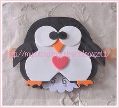 Simpatico disco orario realizzato in gomma crepla colorata a forma di pinguino.  Perfetto come idea regalo per Natale, per una ragazza o per un neopatentato.