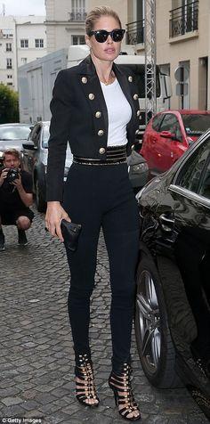 Doutzen Kroes and Alessandra Ambrosio at Balmain show for PFW Carla Bruni, Doutzen Kroes, Black Skinnies, Black Pants, Paris Winter Fashion, Balmain, Military Style Jackets, Model Look, Costume