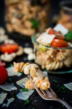 Pastalsalat mit cremigem Tomaten-Ricotta-Pesto und allerhand buntem Ofengemüse, obendrauf: Parmesan und Cashew! schmecktwohl.de