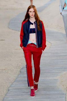 New York fashion week PE 2014! Tommy Hilfiger recupera lo stile sportivo dei mitici Seventies con tutte, zip e tessuti tecnici.