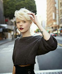 cute short blonde hairstyle via MIS PAPELICOS