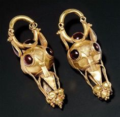 (Roman) Gold earrings with granate cabochons. ca century CE. Roman Jewelry, Old Jewelry, Jewelry Gifts, Antique Jewelry, Vintage Jewelry, Fine Jewelry, Jewelry Necklaces, Medieval Jewelry, Ancient Jewelry