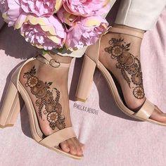 Henna Designs Arm, Pretty Henna Designs, Modern Henna Designs, Arabic Henna Designs, Mehndi Designs Feet, Latest Bridal Mehndi Designs, Modern Mehndi Designs, Mehndi Design Photos, Wedding Mehndi Designs