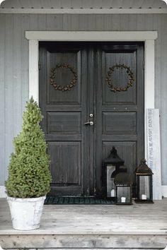 Front door with understated Christmas wreath: the Scandinavian home of calligrapher Ylva Skarp. (Photo Magdalena Björnsdotter for Lantliv) Scandinavian Christmas, Scandinavian Home, Christmas Porch, Christmas Decorations, Outdoor Christmas, Simple Christmas, Christmas Lanterns, Christmas Eve, Xmas