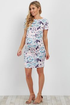 Floral fitted maternity dress. Short sleeves. Rounded neckline.