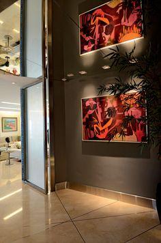 Revestimentos sofisticados, como mármore, espelho e madeira, compõem o décor elegante e cozy deste apartamento em Fortaleza. Projeto Ione Fiuza.