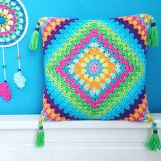 Elealinda-Design: Auftragsarbeiten: Häkelkissen und Sitzhocker. Lovely colourful cushions, pictures only.