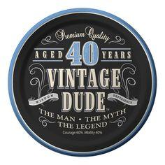 """40. Geburtstag """"Vintage Dude"""" 8 kleine Pappteller in Vintage Design mit Aufschrift auf Englisch: Premium Quality, Aged 40 Years, Vintage Dude, Wisdom, Experiense, The Man, The Myth, The Legend, Courage 60% Ability 40% für dein 40er Geburtstag! http://www.partyboxes.at/erwachsenen-party/party-nach-alter/40ster-geburtstag/40er-vintage-dude.html"""