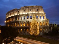Árbol de Navidad junto al Coliseo Romano