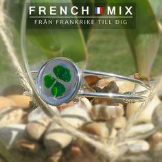 Äntligen är våren här☘️ Oavsett om du du är efter unika lyckobringande smycken till dig eller som present att ge bort, kommer du att hitta det du behöver i vår webbshop.  Armband lyckoklöver äkta fyrklöver: 249 kr Välkommen ☘️ #frenchmix #fransk #franskdesign #franskstil #fyrklöver #lyckoklöver #tur #symbol #smycken #naturen #natur #frihet #kärlek #love #fyrklövern #armband #present #presentbutik #blommor