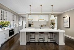 Kitchen Lighting Ideas The Hamptons style is new and improved, and in this post you're going to see how to take this classic look in a contemporary direction. - An Aussie home rocking serious new Hamptons vibes. Hamptons Style Bedrooms, Hamptons Style Decor, New Hampton, Hampton Style, Die Hamptons, New Kitchen, Kitchen Ideas, Kitchen Designs, Gold Kitchen