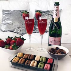 Champagne, macarons and strawberries. Chocolate Lindt, Moet Chandon, Tasty, Yummy Food, Love Is In The Air, Romantic Dinners, Romantic Ideas, Luxury Lifestyle, Macarons