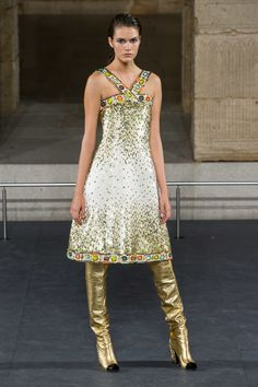 Chanel Pre-Fall 2019 Fashion Show Collection: See the complete Chanel Pre-Fall 2019 collection. Look 58 Fashion Week, Runway Fashion, High Fashion, Fashion Looks, Fashion Outfits, Womens Fashion, Feminine Fashion, London Fashion, Style Haute Couture