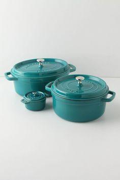 Que tal uma cor para alegrar sua cozinha? Panelas Staub, qualidade e design para você preparar e servir o melhor da gastronomia em sua casa!