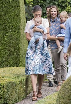 Summer Photoshoot with the Swedish Royal Family at Solliden Palace Victoria Prince, Princess Victoria Of Sweden, Crown Princess Victoria, Kroonprinses Victoria, Olaf, Style Royal, Victoria Fashion, Swedish Royalty, Swedish Style
