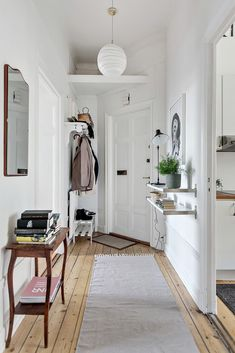 How to make your Home Interior Decorating successful? Style At Home, Home Design, Home Interior Design, Flur Design, Diy Home Decor Rustic, Entryway Decor, Foyer, Entryway Lighting, Hallway Ideas Entrance Narrow