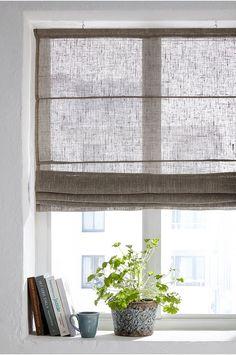 Hissgardin i glesvävd kvalitet av linvoile. Levereras färdigmonterad med träpinne upptill och nedtill. Komplett med linor som löper genom tvärgående pinnar. Krokar för upphängning medföljer. Mått: Längd 170 cm. 5 olika bredder: 60, 80, 100, 120 och 140 cm. Välj mellan att stryka slätt eller att torktumla i låg temperatur för en mjuk känsla och en tvättad look. Oeko-Tex-certifierad 10.HOT.79582 vilket innebär att hissgardinen inte orsakar allergiska besvär eller andra hälsoproblem. Produkten…