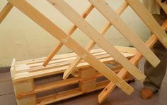 This DIY pallet sofa is extremely awesome for your lounge and cozy living room and has been made of pallets with hands. We have provided here a full DIY pallet Pallet Sofa Tables, Diy Pallet Sofa, Pallet Furniture, Recycled Pallets, Wooden Pallets, Recycled Wood, Diy Sofa, Small Pallet, Diy Cushion