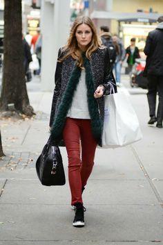 Olivia Palermo Pantalon rojo con abrigo