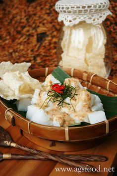 cabuk rambak ~ boiled rice cake seasoning with punderred sesame, lime leaves and spicy spices. Served with javanese rice crackers.