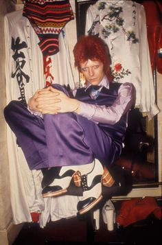 David Bowie - Watch That Man: Dries Van Noten, Jean Paul Gaultier, and Co. Remember Bowie David Bowie's influence can't be overstated. Brian Duffy, Ziggy Stardust, Mick Jagger, Look Disco, David Bowie Fashion, Arte Do Hip Hop, Rock Poster, Hippie Man, Poses References