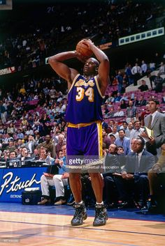 Shaquille O'Neal #32 of the Los Angeles Lakers shoots against the New Jersey Nets on April 2, 1998 at Continental Airlines Arena in East Rutherford, New Jersey.