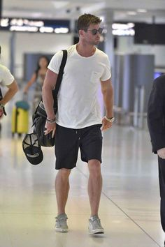 #ChrisHemsworth Hemsworth Brothers, Chris Hemsworth Thor, Casual School Outfits, Summer Outfits Men, Stylish Men, Men Casual, Poses For Men, New York Mens, Menswear
