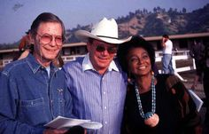 A touching photo of DeForest Kelley, William Shatner and Nichelle Nichols Nichelle Nichols, Star Trek Cast, I See Stars, Star Trek Images, Star Trek Original Series, Starship Enterprise, William Shatner, Star Trek Ships, Star Trek Universe