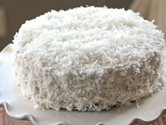 Per chi sceglie di alimentarsi senza derivati animali, eccovi una golosità vegan: la torta al cocco farcita con crema di cocco. Il tutto senza uova, latte e burro, ma con tanto gusto!