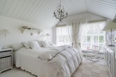 Kesäkodin unenomainen, valkoinen makuuhuone on kerrassaan upea. Tämä kaunis Heinolassa sijaitseva hirsitalo on Suomen kaunein koti 2014 -voittaja.
