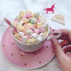 Zuckerschock ☕️ #hotchocolate #pink #viennablogger #igersvienna #lovedailydose #austrianblogger #yourdailytreat #unicorn #unicornhotchocolate #unicornlove #coffeetime #drinks #marshmallows #sugar #igersaustria #cozy #sprinkles
